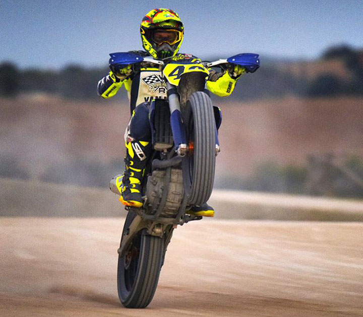 Rossi aktif menaiki dirt bike